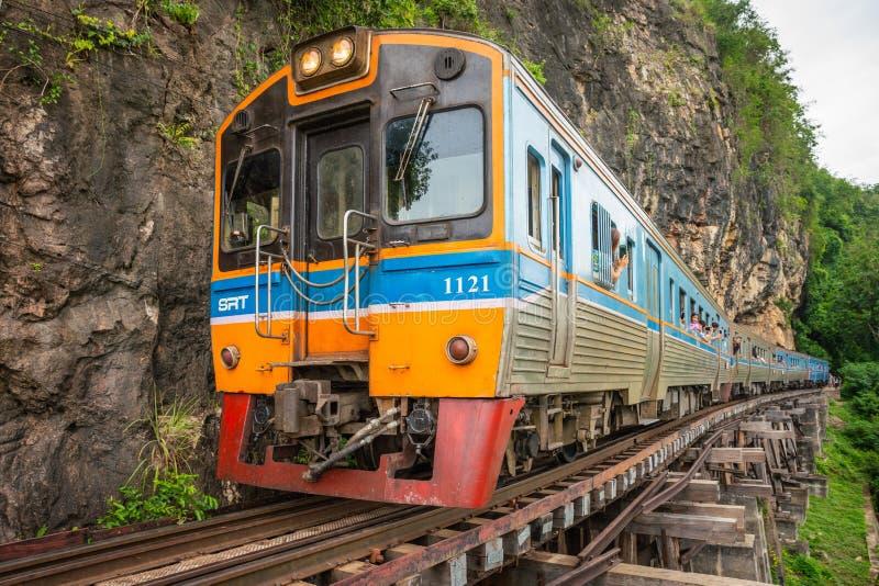 Pociąg jedzie na Birma kolei w Kanchanaburi prowinci, Tajlandia fotografia royalty free