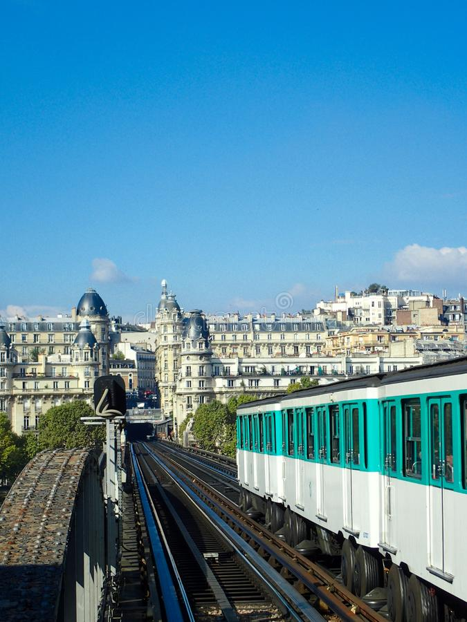 Pociąg na moscie w Paryż fotografia stock