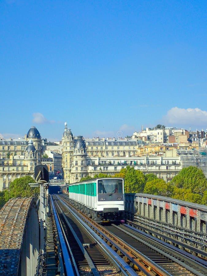Pociąg na moscie w Paryż zdjęcia royalty free