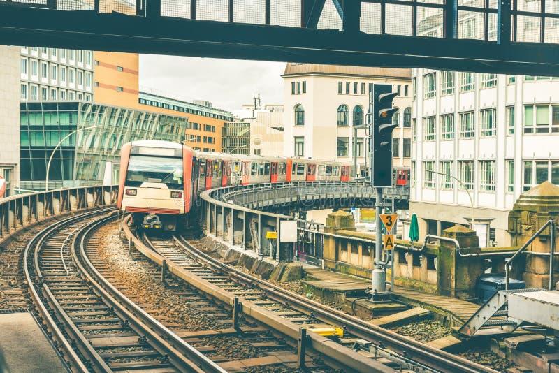 Pociąg na podwyższonych śladach przychodzi stacja w Hamburg obraz royalty free