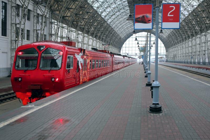 Pociąg na staci kolejowej zdjęcie stock