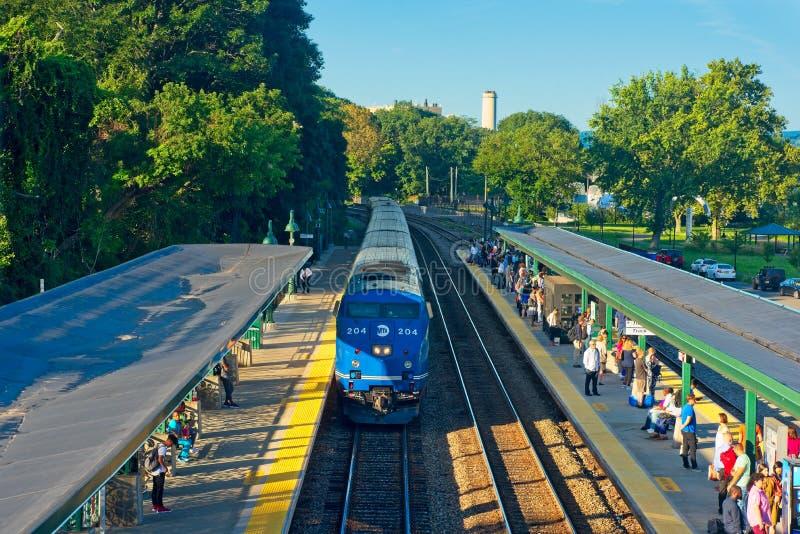 Pociąg pasażerski przyjeżdża przy stacją zdjęcia royalty free