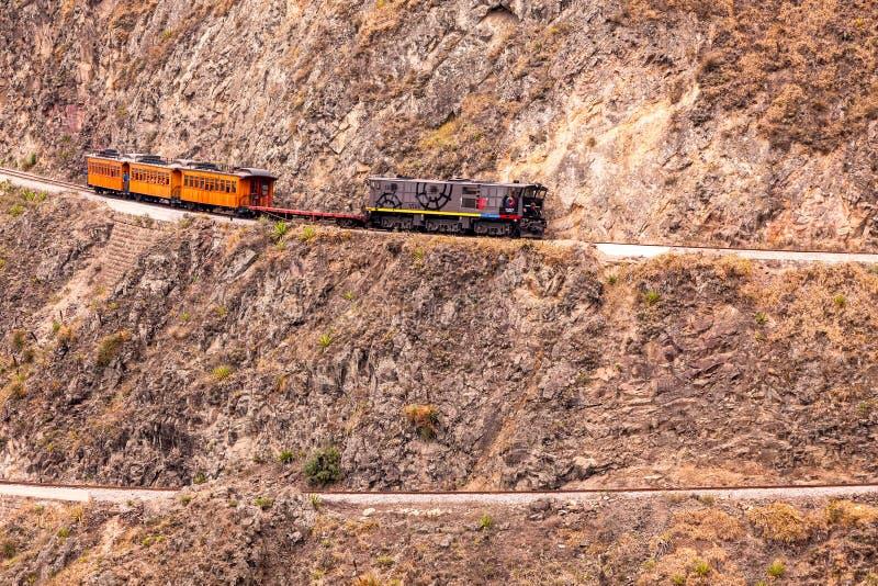Pociąg Podąża Jego Zygzakowatą podróż fotografia stock