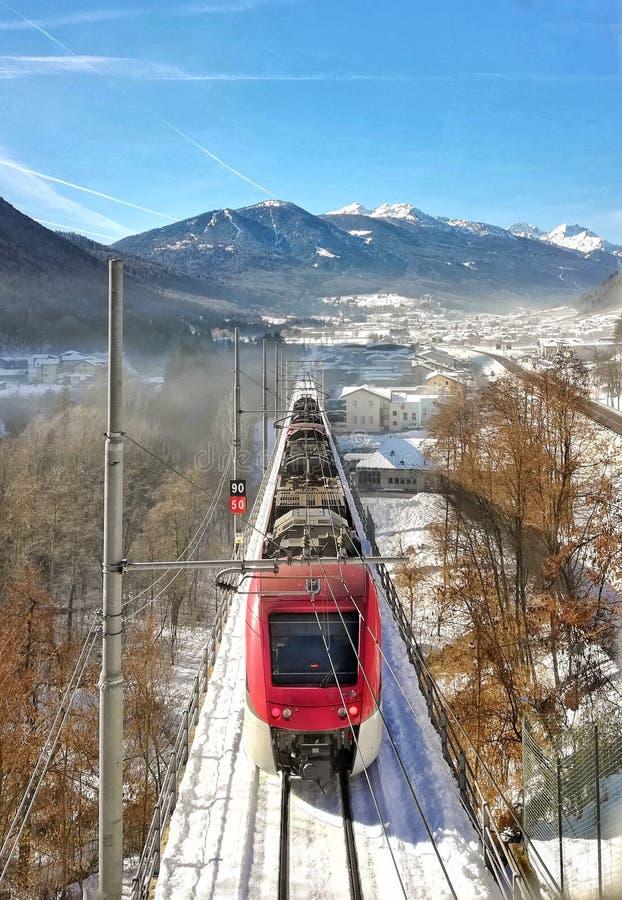 pociąg prowadzi Włoscy Alps zdjęcie stock