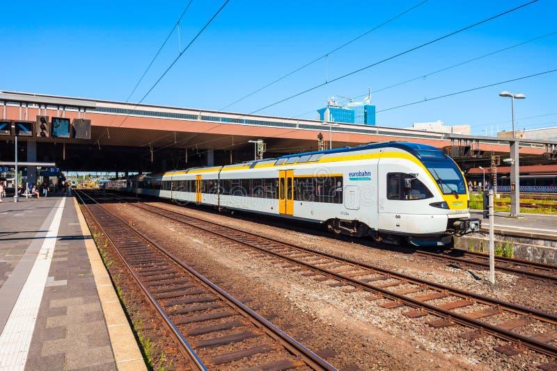 Pociąg przy Dusseldorf stacją kolejową obrazy royalty free