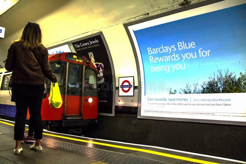 Pociąg przy królewiątka StPancras Przecinającą stacją metru w Londyn zdjęcie stock