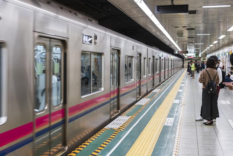 Pociąg Przyjeżdża platforma Przy stacją metrą obrazy royalty free