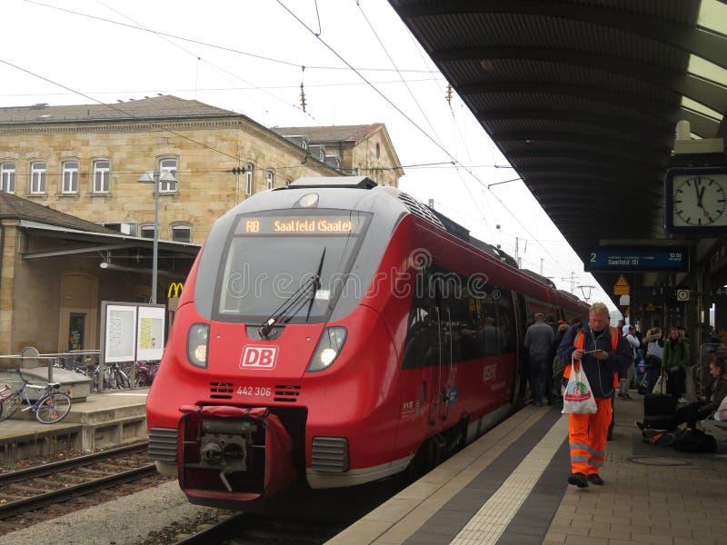 Pociąg przyjeżdża przy Bamberg dworcem obrazy royalty free