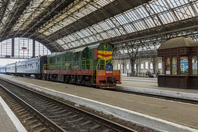 Pociąg przyjeżdża przy Lviv stacją kolejową fotografia stock