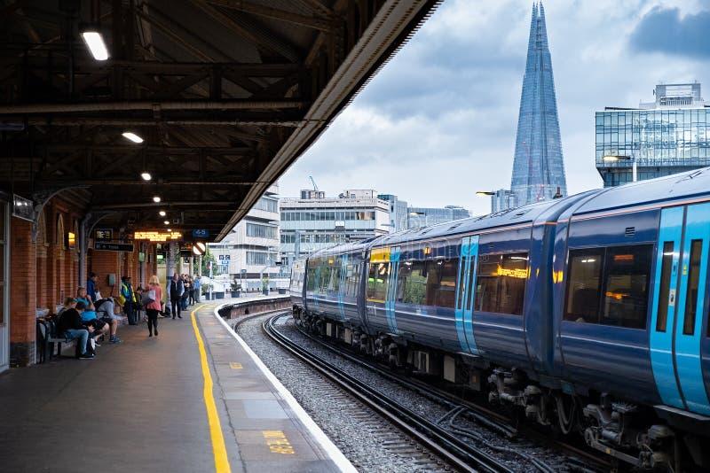 Pociąg przyjeżdżający na stację Waterloo w Londynie zdjęcie stock