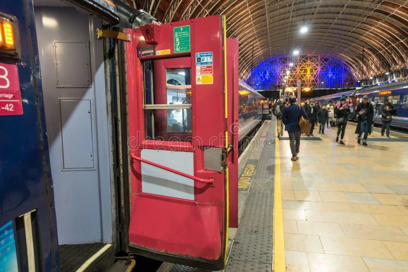 Pociąg siedzi czekanie odjeżdżać od Paddington staci kolejowej fotografia royalty free