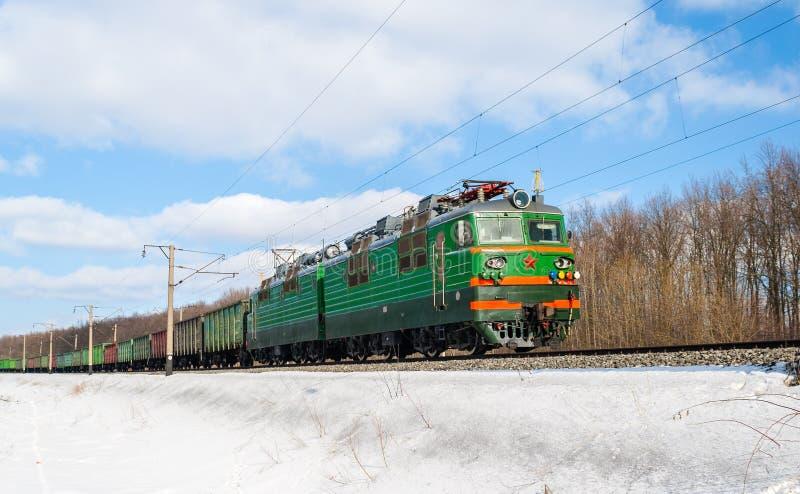 Pociąg towarowy ciągnący elektryczną lokomotywą obrazy stock