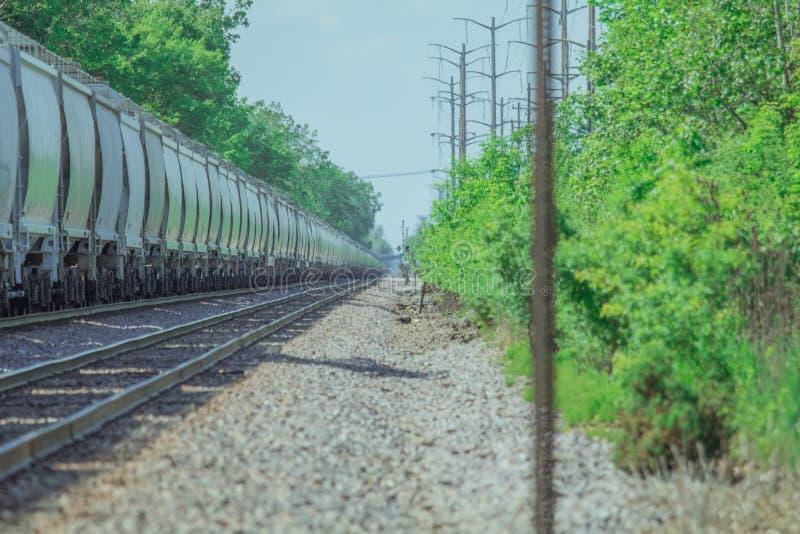 Pociąg towarowy zatrzymujący na śladach obrazy royalty free
