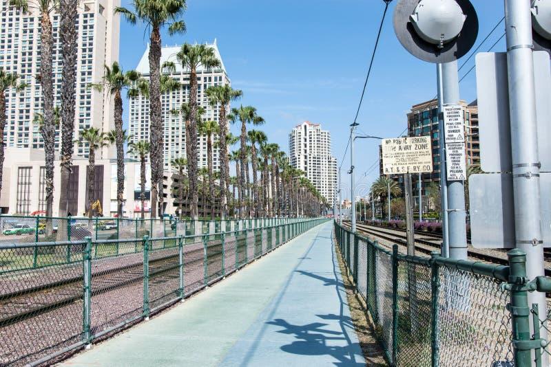 Pociąg tropi dla San Diego tramwaju zarówno jak i Amtrak pociągi towarowi i pociągi pasażerscy które biegają obraz stock