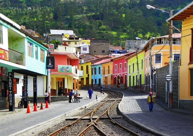 Poci?g tropi i?? przez miasteczka w Alausi, Ekwador obraz royalty free