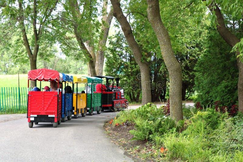 Pociąg w parkowych dzieciakach obrazy royalty free