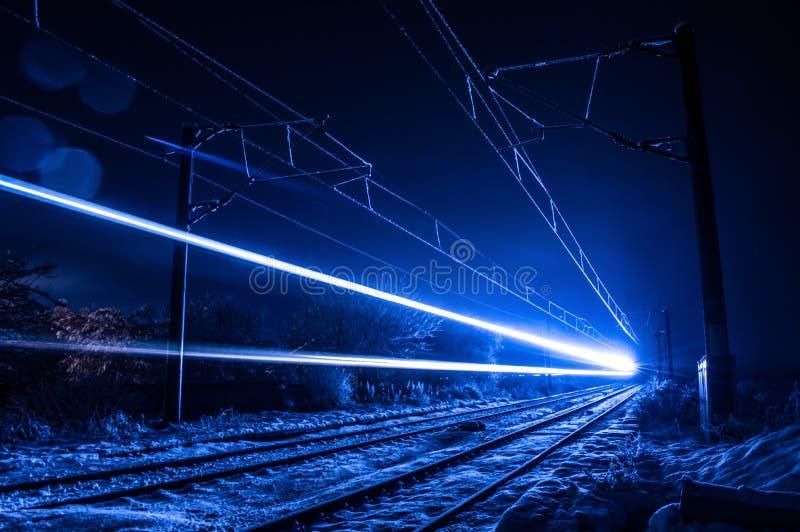 Pociąg w zimy nocy zdjęcia stock