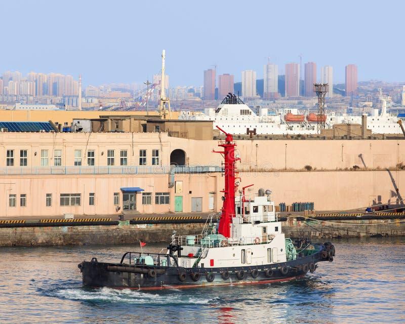 Pociąga łódź w porcie Dalian, Liaoning prowincja, Chiny obrazy stock