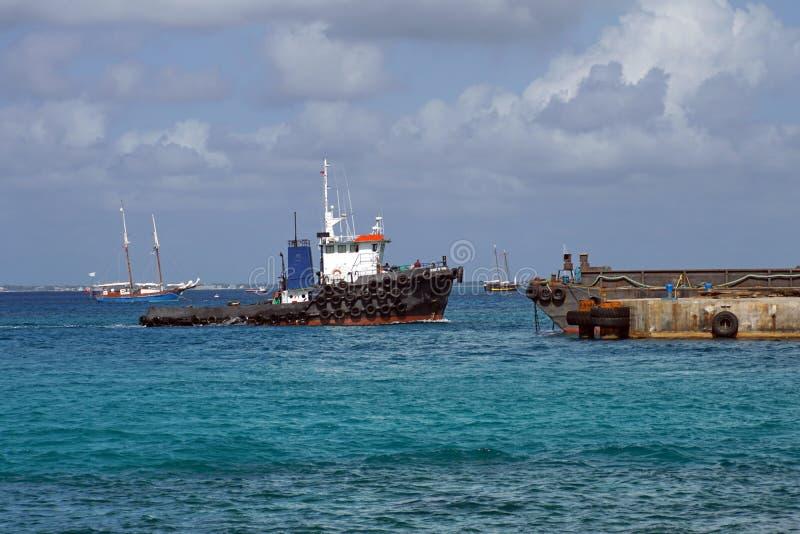 Pociąga łódź w schronieniu na Uroczystym kajmanie obraz stock