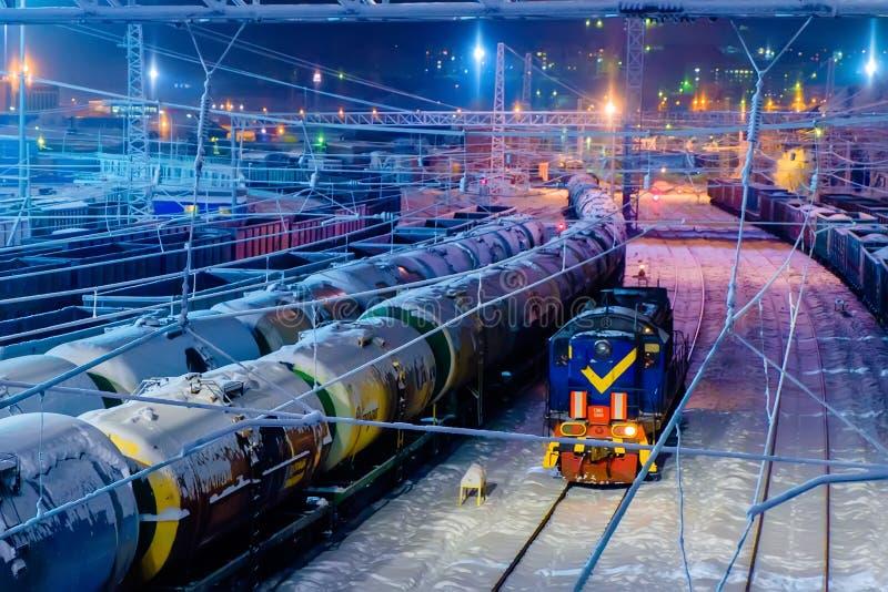 Pociągi nafciani zbiorniki i furgony na ładunek staci kolejowej zdjęcie stock