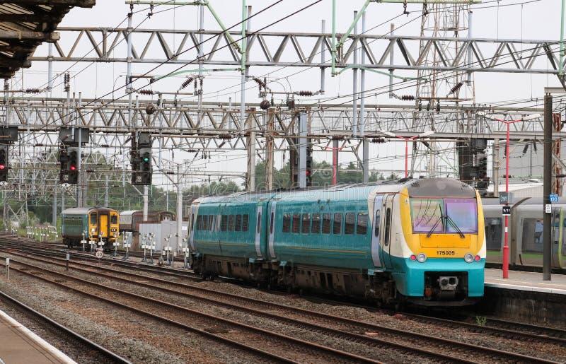 Pociągi przyjeżdża Crewe stację kolejową i opuszcza obrazy stock