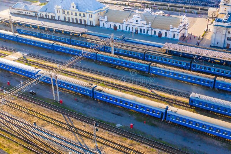 Pociągi przyjeżdża przy stacją w ranek anteny pejzażu miejskim zdjęcie stock