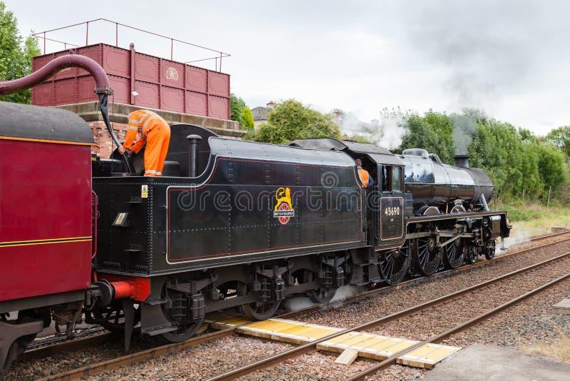 Pociągu Parowi wp8lywy na wodzie przy Appleby, Cumbria zdjęcie stock