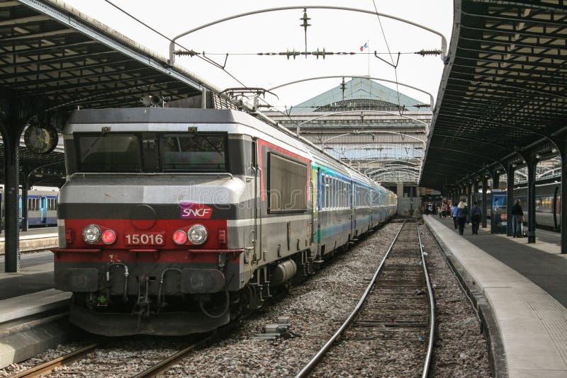 Pociągu Pasażerskiego Corail intercites przygotowywający dla odjazdu w Paryskim Gare De L ` Est dworzec, należący SNCF firma widz obrazy royalty free