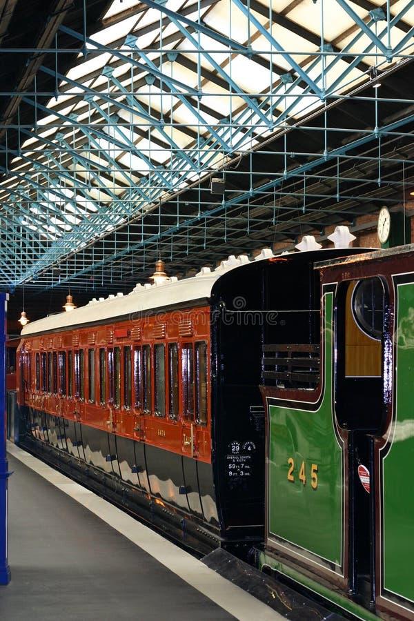 Download Pociąg do stacji obraz stock. Obraz złożonej z journeyer - 135747