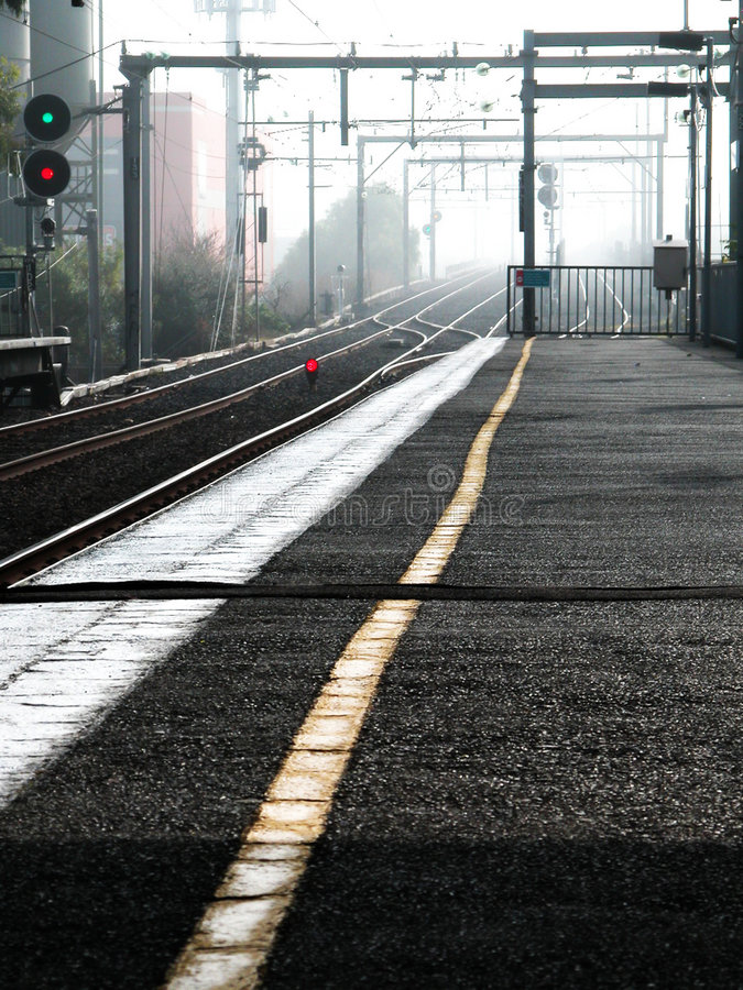 Download Pociąg toru zdjęcie stock. Obraz złożonej z brąz, stacja - 132722