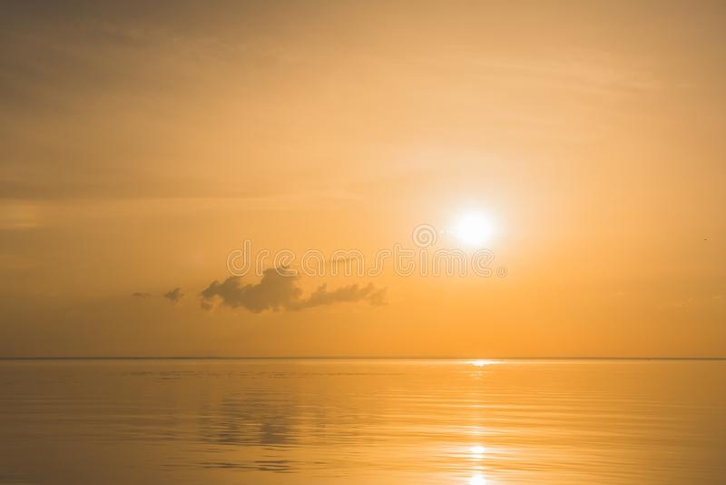 Pociemniały miękki zmierzch na oceanie z małymi chmurami obraz royalty free