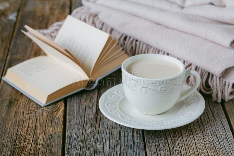 Pociesza herbaty z ciepłą wełny szkocką kratą, cukierkami i obraz stock