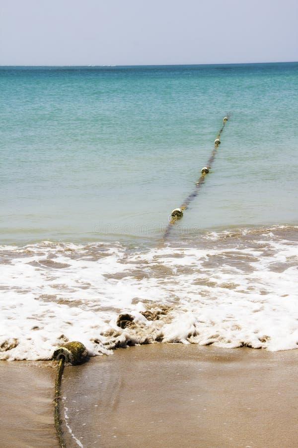 Pociesza na arkanie w oceanie obrazy royalty free