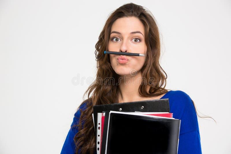 Pocieszna komiczna kobieta robi śmiesznej twarzy z piórem obraz stock