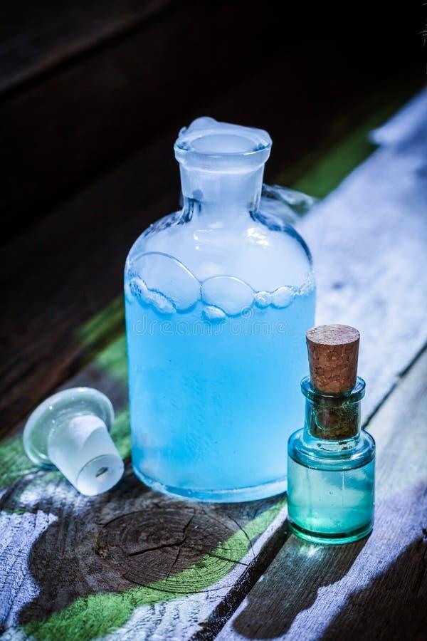 Pociones azules mágicas en la cabaña de la bruja para Halloween foto de archivo libre de regalías