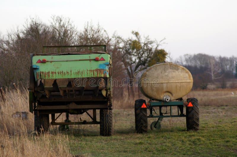 Pociones del agua y vehículos comerciales en agricultura foto de archivo libre de regalías