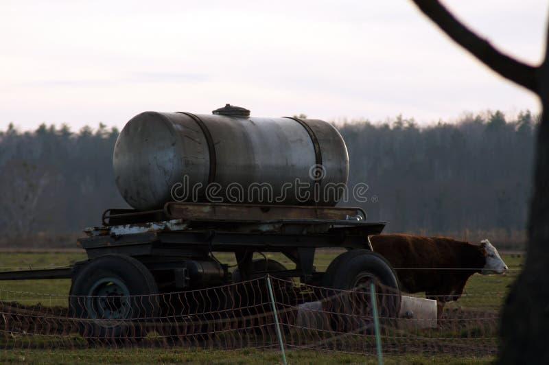 Pociones del agua y vehículos comerciales en agricultura fotografía de archivo
