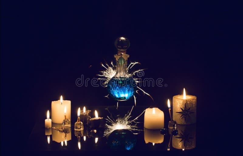Pociones mágicas en un fondo azul imágenes de archivo libres de regalías