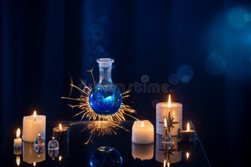 Pociones mágicas en un fondo azul foto de archivo libre de regalías