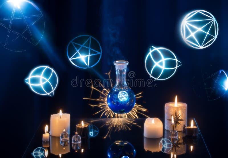 Pociones mágicas en un fondo azul imagenes de archivo