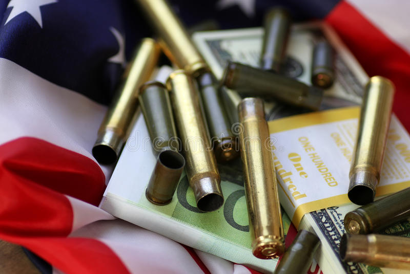 Pocisk i pieniądze na flaga amerykańskiej obraz royalty free