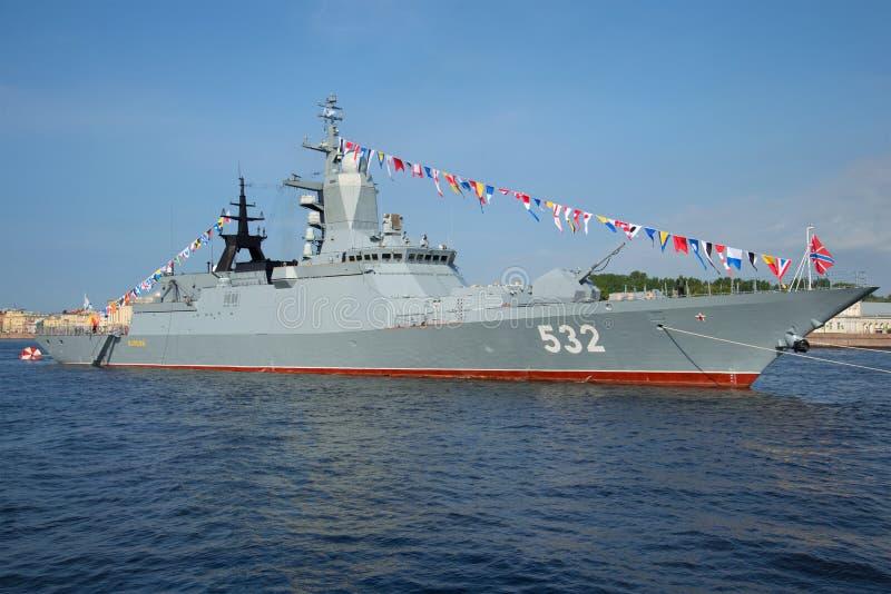 Pocisk korwety Boykiy zbliżenie słoneczny dzień w Lipu w nawadnia Neva Marynarka wojenna dzień w St Petersburg fotografia royalty free