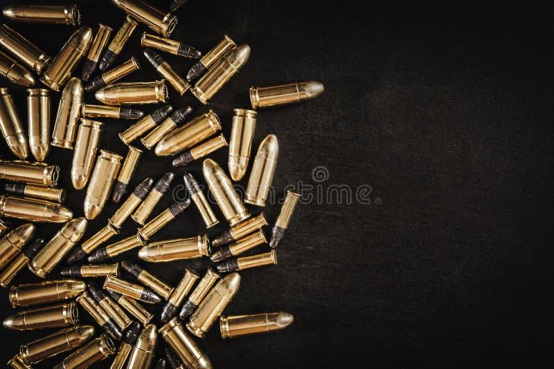 Pociski od pistoletu na stole obraz royalty free
