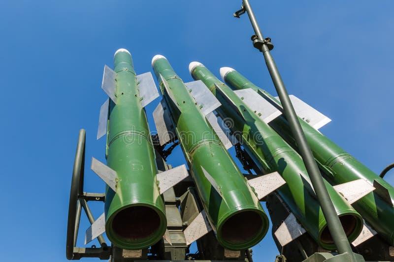 Pociski Rosyjskiego samojezdnego pasma ziemia-powietrze system rakietowy Buk-M2 przeciw niebieskiemu niebu obrazy royalty free
