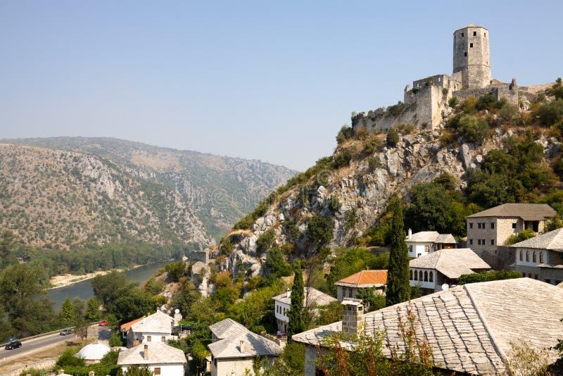 Pocitelj cityscape med ett forntida fäste royaltyfri bild