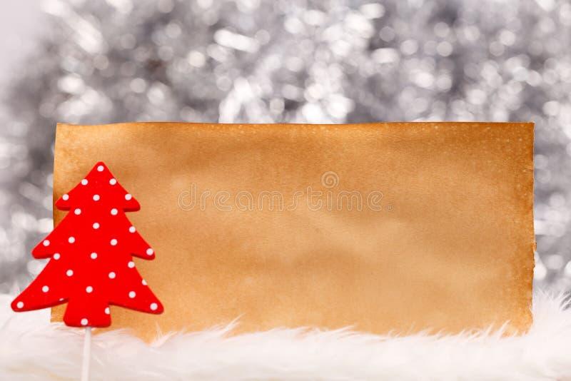Poco árbol de navidad manchado con el papel viejo imagenes de archivo