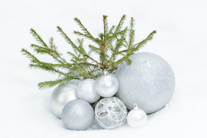 Poco árbol spruce en la tierra nevosa con la Navidad imágenes de archivo libres de regalías