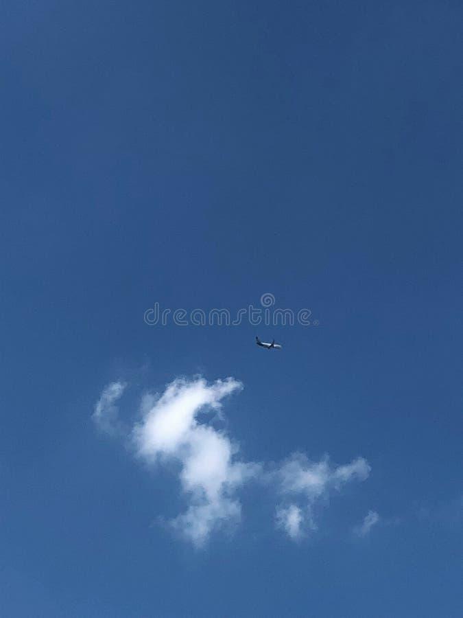 poco aeroplano en el cielo azul hermoso imagen de archivo libre de regalías