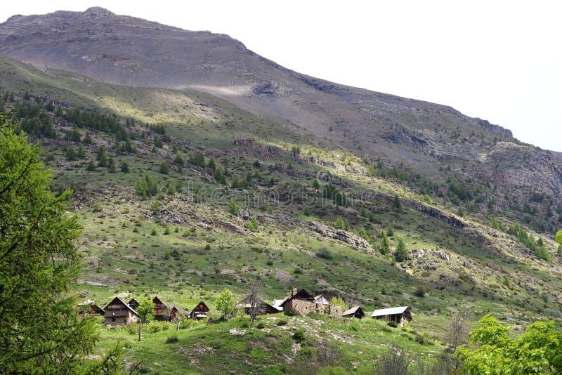 Poco aldea Dormillouse en los Altos Alpes franceses foto de archivo libre de regalías