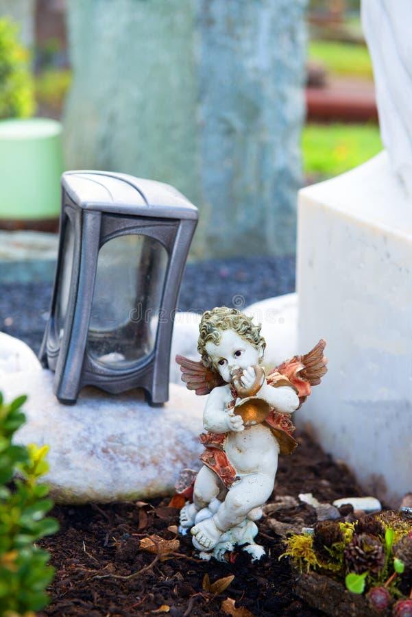 Poco angelo sulla tomba immagini stock libere da diritti